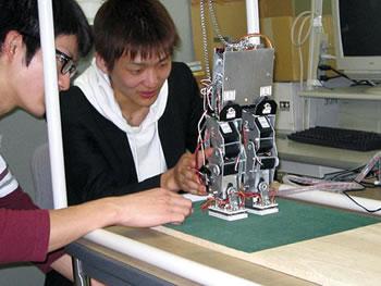二足歩行ロボットのフィードバック制御に関する研究画像